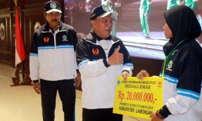 Bupati Lamongan Kembali Serahkan Bonus Rp 894.500.000 untuk Atlet Prestasi Porprov