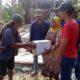 Mbah Poni (85) saat menerima santunan dari warga, atas musibah rumahnya yang ambruk