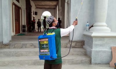 Satgas MWC NU Turi Gelar Aksi Penyemprotan Disinfektan ke Seluruh Masjid dan Madrasah