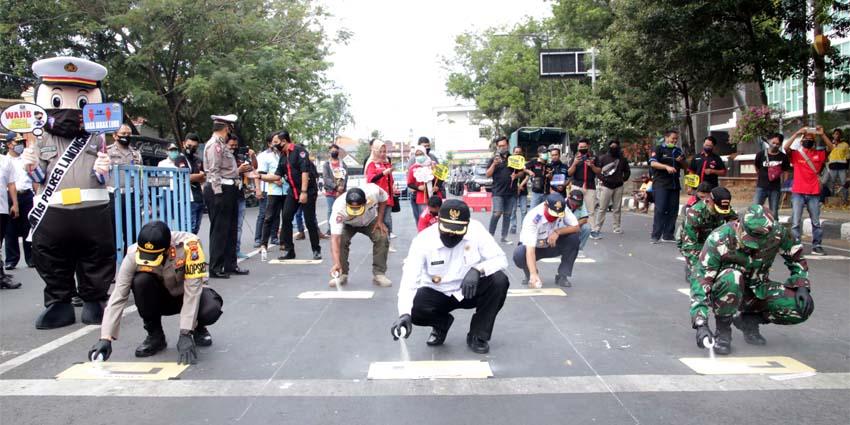 Bupati Lamongan Launching Marka Physical Distancing Ala Starting Grid Moto GP