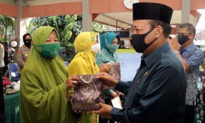 BAGIKAN MASKER: Bupati Lamongan H Fadeli bersama Forkompimda membagikan masker kepada warga di Desa Sidorejo