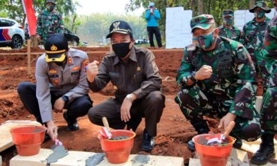 PERESMIAN: Dandim 0812/Lamongan, Letkol Inf Sidik Wiyono di acara pra TMMD di Desa Tebluru bersama Bupati Lamongan H Fadeli (tengah)