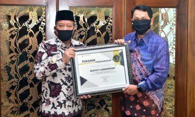 Bupati Lamongan Fadeli menerima piagam penghargaan dari BPS. (memo x/fkr)