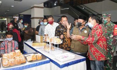 LAUNCHING: Bupati Lamongan, H. Fadeli, SH, MM melakukan launching Plaza Tangguh.