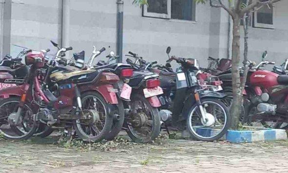 Puluhan Kendaraan Berplat Merah Mangkrak di Belakang Disdik Lamongan